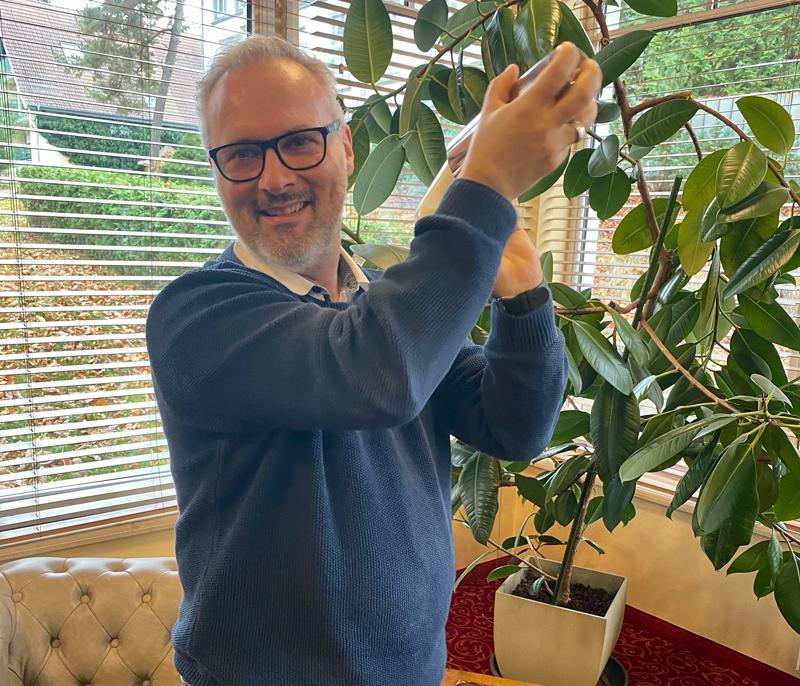 Andreas Steudtemann beim Shaken seines Lieblings-Winterdrinks