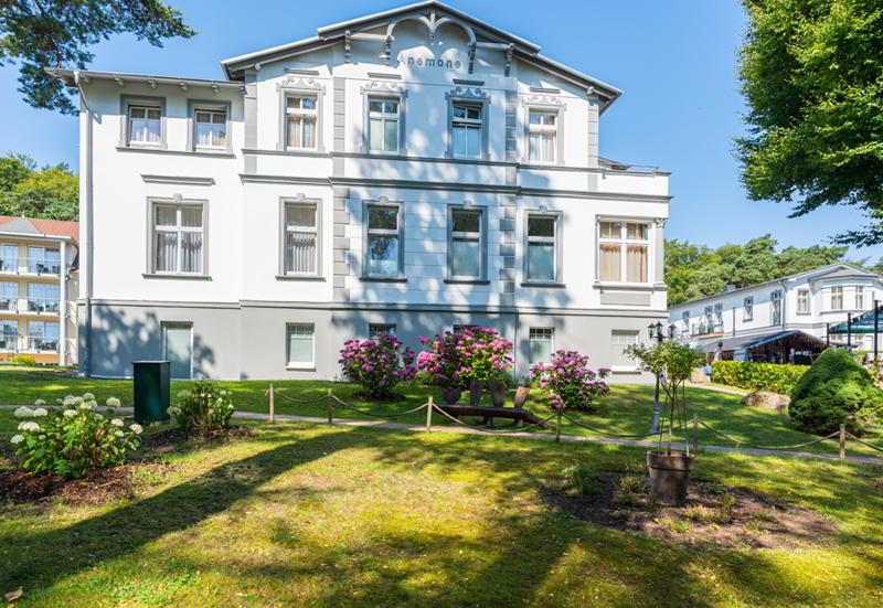 Die Villa Anemone in strahlend weißer Bäderstilfassade